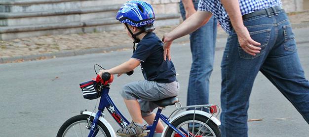 Dukung Si Kecil Menaklukkan Rasa Takut Saat Belajar Naik Sepeda